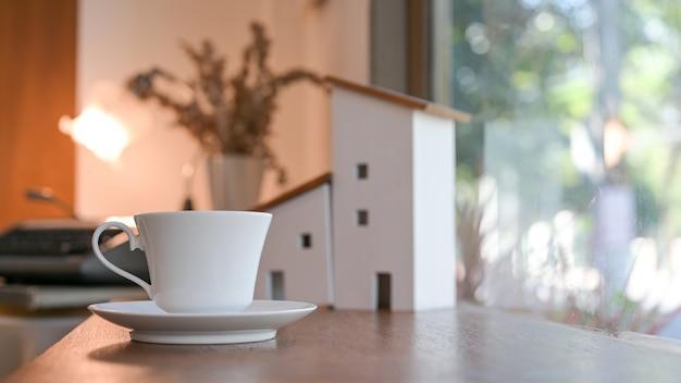 Witte koffiekopje op het aanrecht in een coffeeshop.