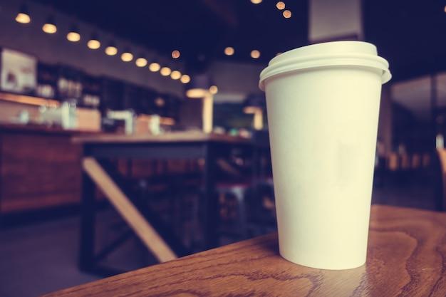Witte koffiekopje op tafel