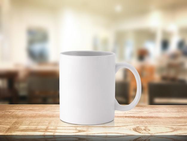 Witte koffiemok of drankkop op onduidelijk beeldrestaurant