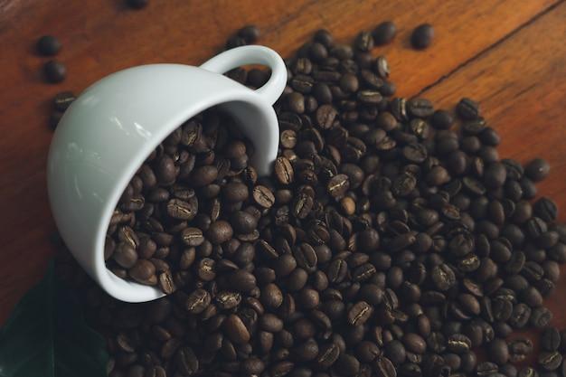 Witte koffiemokken en koffiebonen