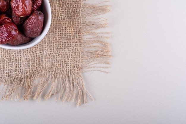 Witte kom gedroogde smakelijke silverberry-vruchten op witte achtergrond. hoge kwaliteit foto