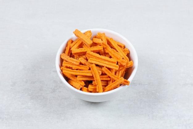 Witte kom vol met frietjes op wit.