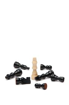 Witte koning en zwarte stukken schaak