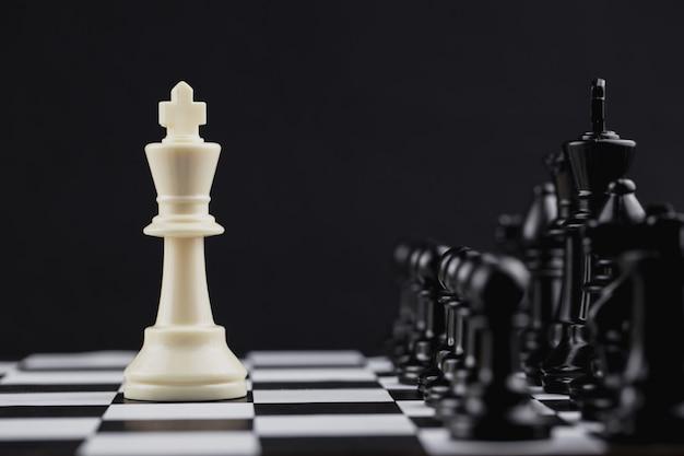 Witte koning in schaakspel met concept voor bedrijfsstrategie.