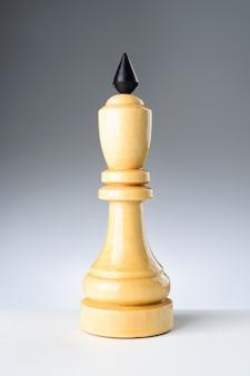 Witte koning op een witte tafel