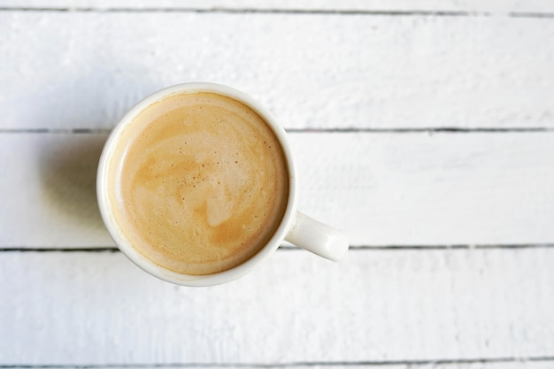 Witte kop koffie, exemplaarruimte op witte houten