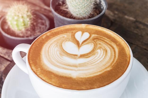 Witte kop koffie latte op houten bureau, tijd al genoten van koffie