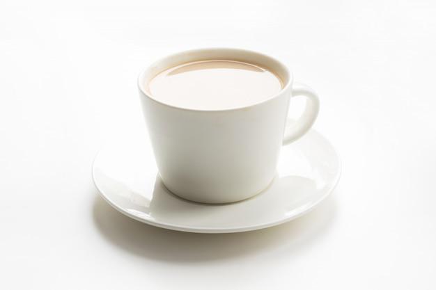 Witte kop koffie met melk op wit.
