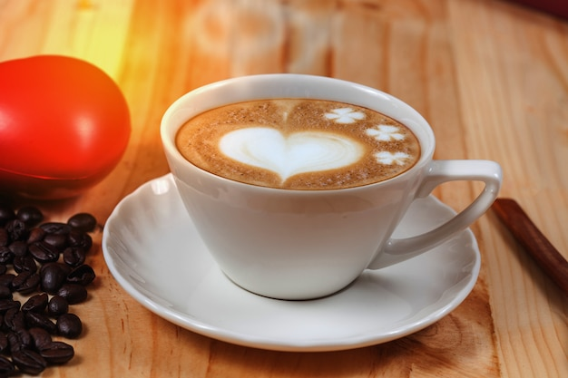 Witte kop koffie op dennenhout bureaublad tafel op de top