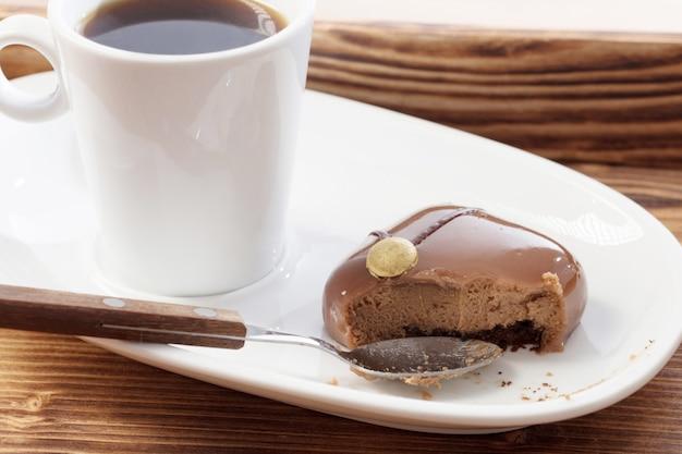 Witte kop met koffie met chocolade cupcake
