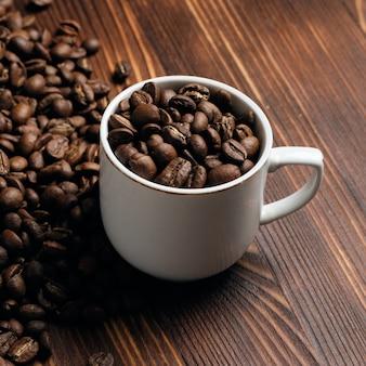 Witte kop met koffiebonen