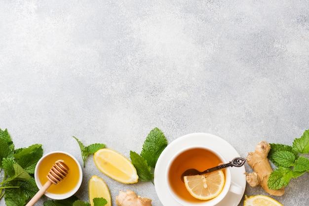 Witte kop met natuurlijke kruidenthee, gember, citroen, munt en honing.