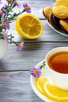 Witte kop thee met citroenbroodje en koekjes lunchpauze bij een koffieshop