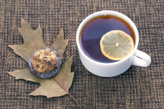 Witte kopje thee met citroen en koekjes. hete drankjes