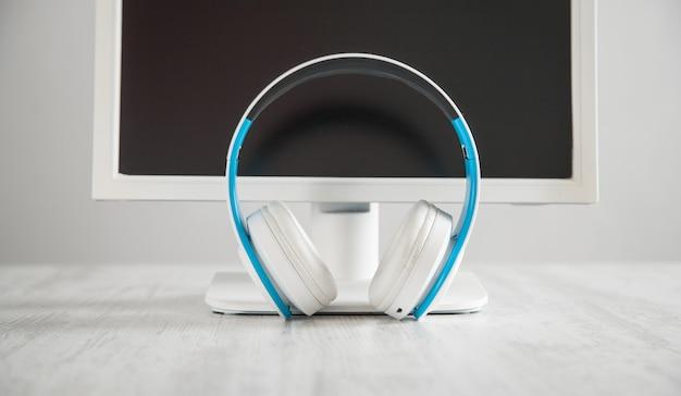 Witte koptelefoon met een computer. zakelijk bureau