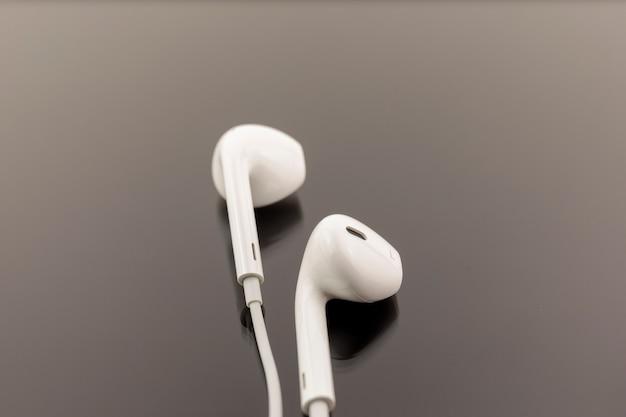 Witte koptelefoon op zwarte achtergrond