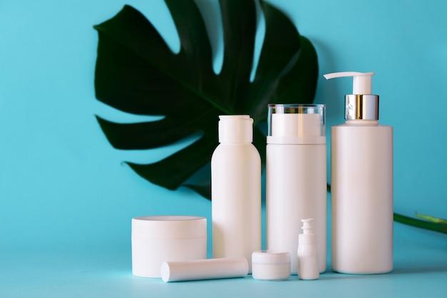 Witte kosmetische buizen op blauwe achtergrond