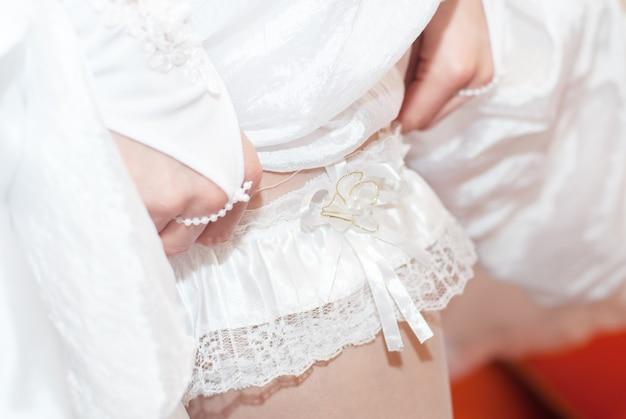 Witte kousenband bruid te voet