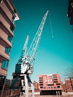 Witte kraan op bouwplaats in stad