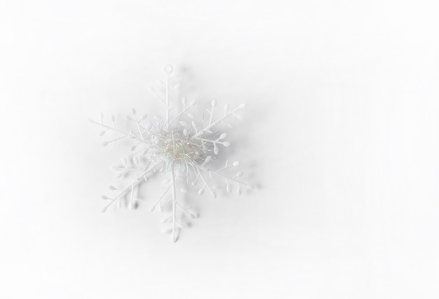 Witte kunstmatige sneeuwvlok. kerstmis of nieuwjaar decor op witte achtergrond.