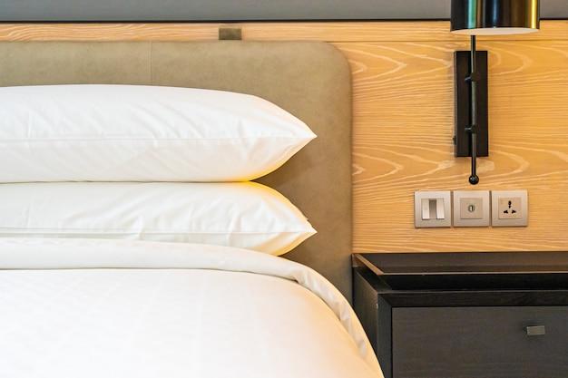 Witte kussen en deken op het interieur van de beddecoratie van de slaapkamer