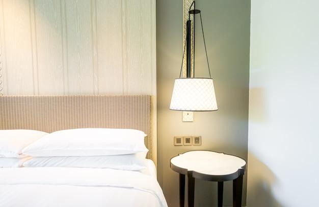 Witte kussens decoratie op bed