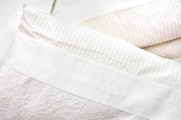 Witte kussens op het bed geplaatst.