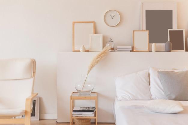 Witte kussens op houten bed in minimale slaapkamer interieur.