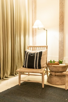 Witte kussens versieren op stoel in luxe hotelresort woonkamer en slaapkamer