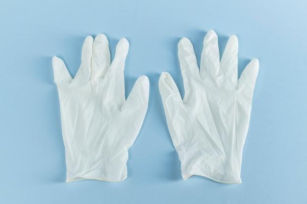 Witte latex handschoenen om besmetting met het coronavirus te voorkomen