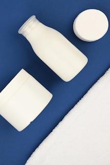 Witte lege cosmetische buizen op een blauwe ruimte van 2020. huidverzorging concept. met kopie ruimte. het appartement loog. . dermatologie, close-up.