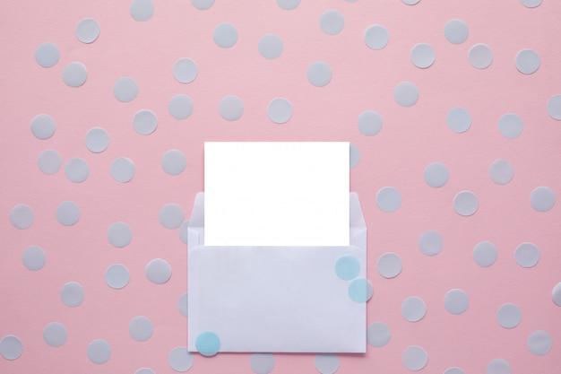 Witte lege kaart in envelop. mockup.