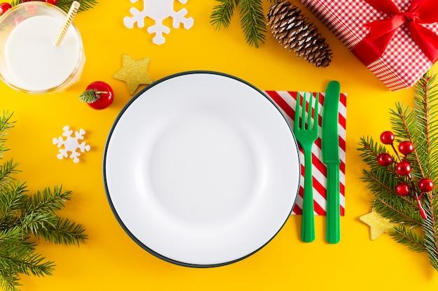 Witte lege plaat en kerst tabel instelling.
