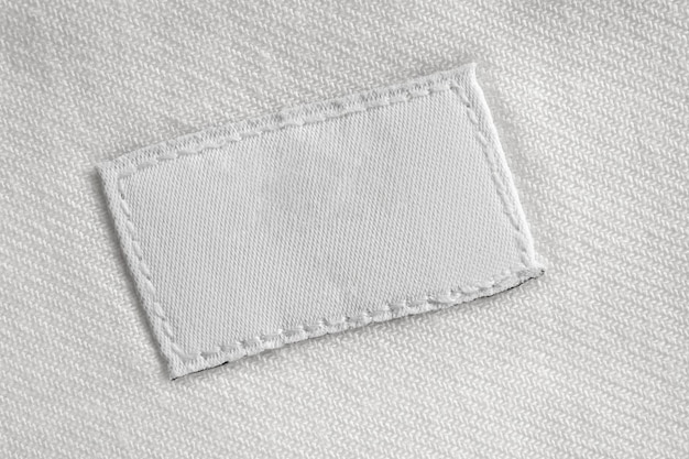 Witte lege wasgoed zorg kleding label op katoenen shirt achtergrond