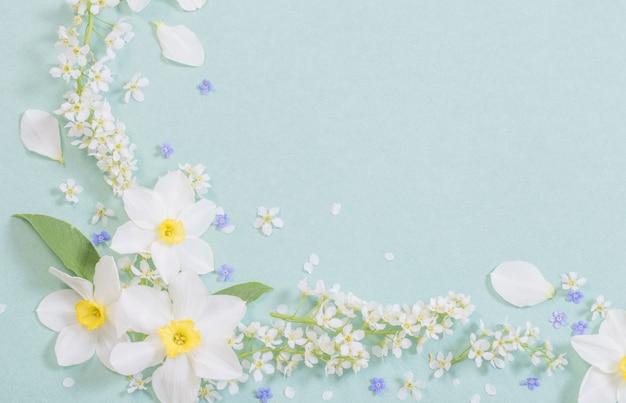 Witte lentebloemen op papier achtergrond