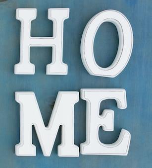 Witte letters home op blauwe houten achtergrond