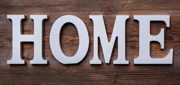 Witte letters met woord thuis