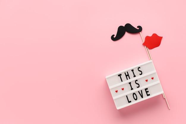 Witte lichtbak met tekst this is love en papieren foto rekwisieten snor