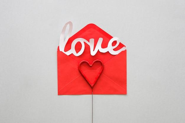 Witte liefde inscriptie in de envelop op tafel