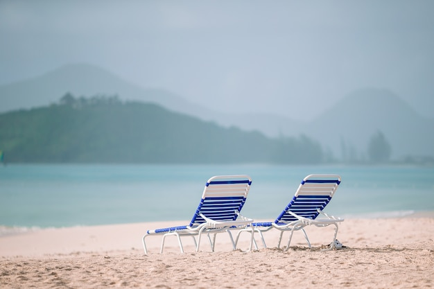 Witte lounge stoelen op een prachtig tropisch strand op de malediven