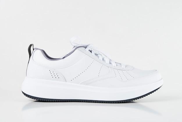 Witte mannelijke sneaker geïsoleerd op wit