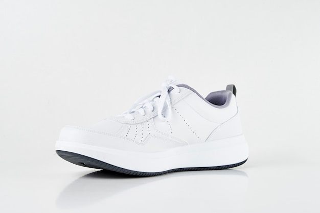 Witte mannelijke tennisschoen op een witte geïsoleerde achtergrond. mode stijlvolle sportschoenen