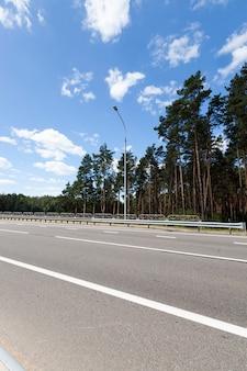 Witte markeringen op de weg om de veiligheid en regulering van het verkeer van auto's te waarborgen, onderdeel van een complex systeem van verkeersregulering dat de veiligheid op de weg garandeert Premium Foto