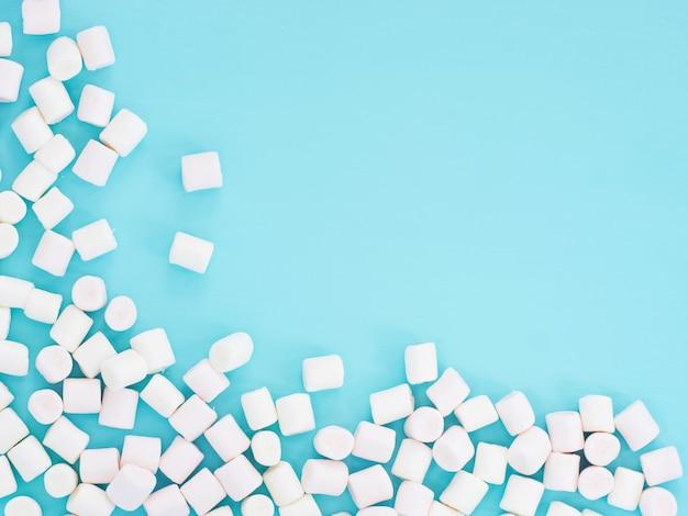 Witte marshmallows op blauw