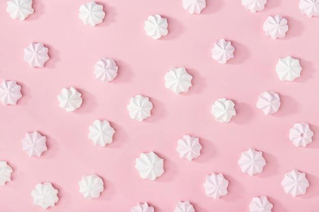 Witte marshmallows op roze