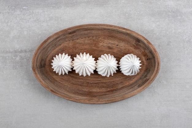 Witte meringue op een bord, op het marmer.