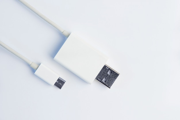 Witte micro usb-kabels op witte achtergrond.