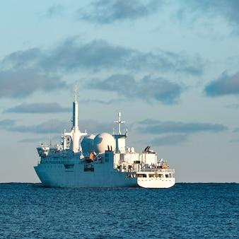 Witte militaire commandant vaartuig dat naar de oostzee vaart