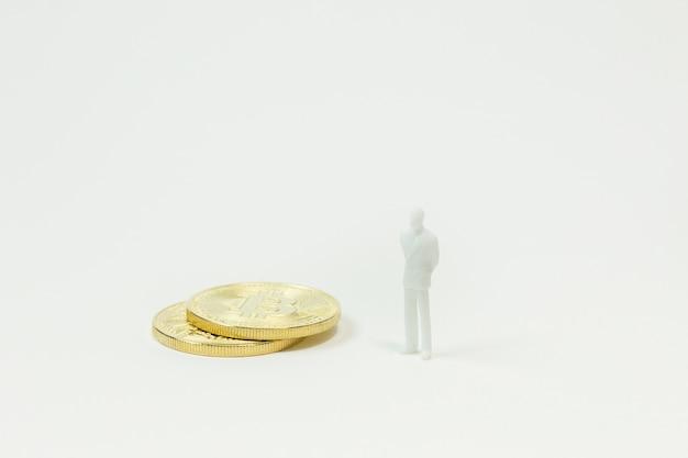 Witte miniatuur en gouden munt bitcoin abstracte afbeelding close-up achtergrond