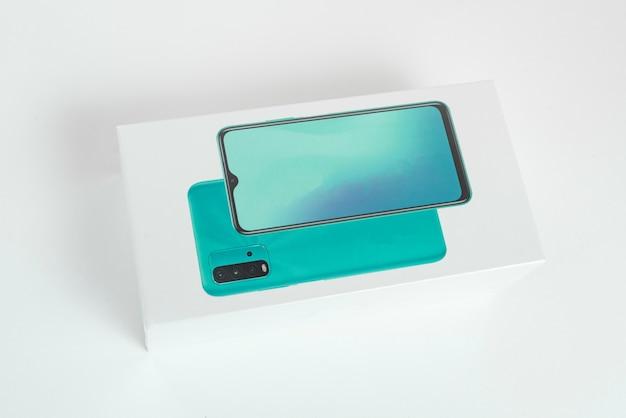 Witte mobiele telefooncel op de achtergrond